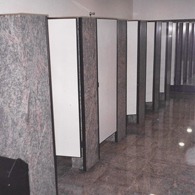 Divisória para Banheiro em Granito com Porta Tatuí - Divisória em Granito para Banheiro