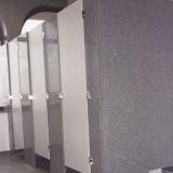 divisória de banheiro feito de granito cinza Socorro