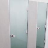 divisória em vidro temperado com porta correr
