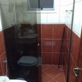 divisória de vidro temperado em banheiro Itapeva
