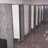 divisória para banheiro em granito com porta Marília