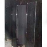 banheiro com divisória de granito