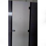 divisória de banheiro feito de granito cinza